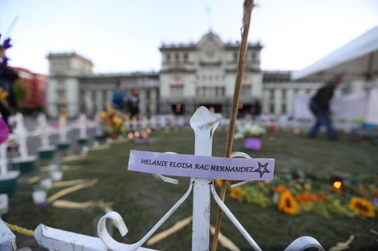 Hogar Seguro | Con cruces, flores y mensajes recuerdan a las 41 niñas.